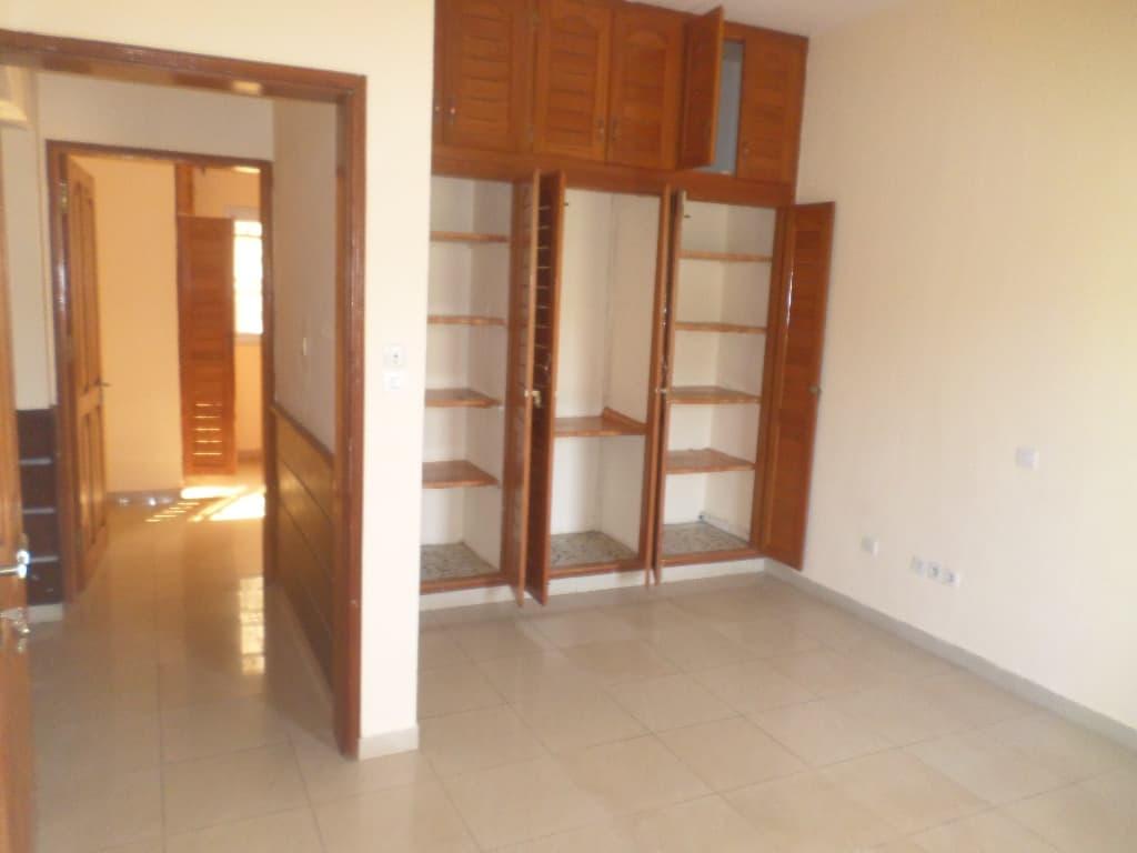 Bureau à louer à Yaoundé, Bastos, pas loin de mongobock APPARTEMENT INDIVIDUEL - 400 m2 - 900 000 FCFA
