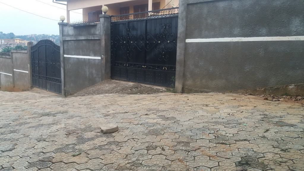 House (Villa) to rent - Yaoundé, Obobogo, Avant Rail rue 8503 - 1 living room(s), 3 bedroom(s), 3 bathroom(s) - 385 000 FCFA / month