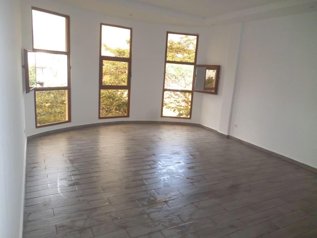 Apartment to rent - Yaoundé, Mfandena,  - 1 living room(s), 3 bedroom(s), 4 bathroom(s) - 400 000 FCFA / month