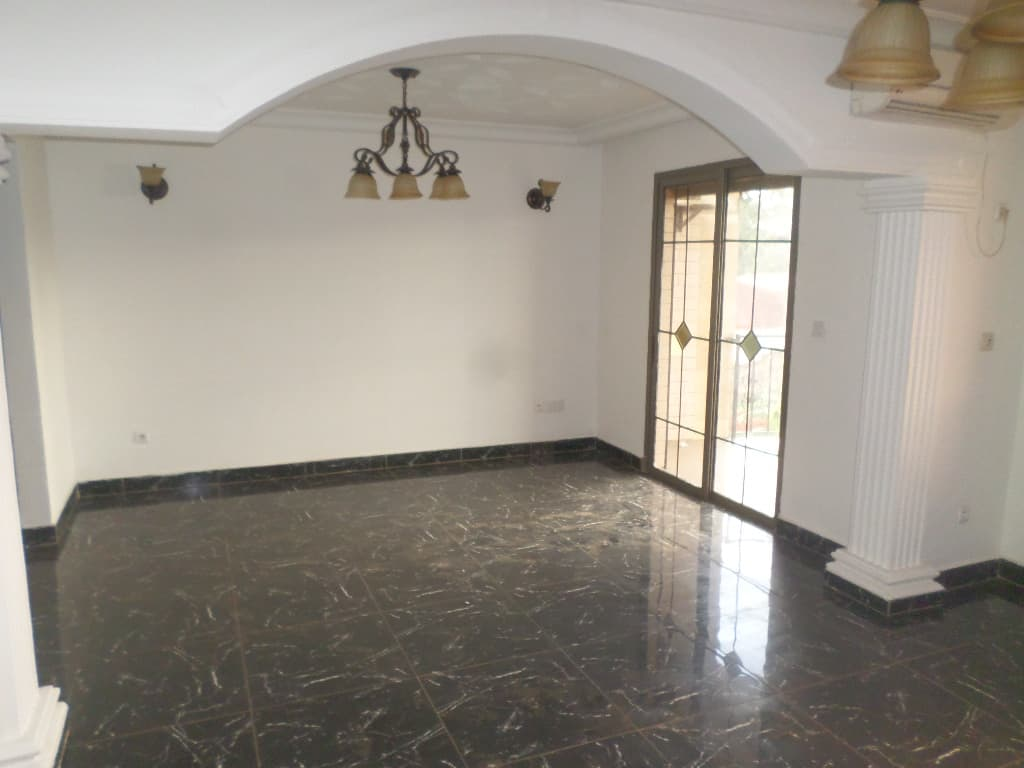 Apartment to rent - Yaoundé, Bastos, pas loin camtel - 1 living room(s), 2 bedroom(s), 3 bathroom(s) - 650 000 FCFA / month