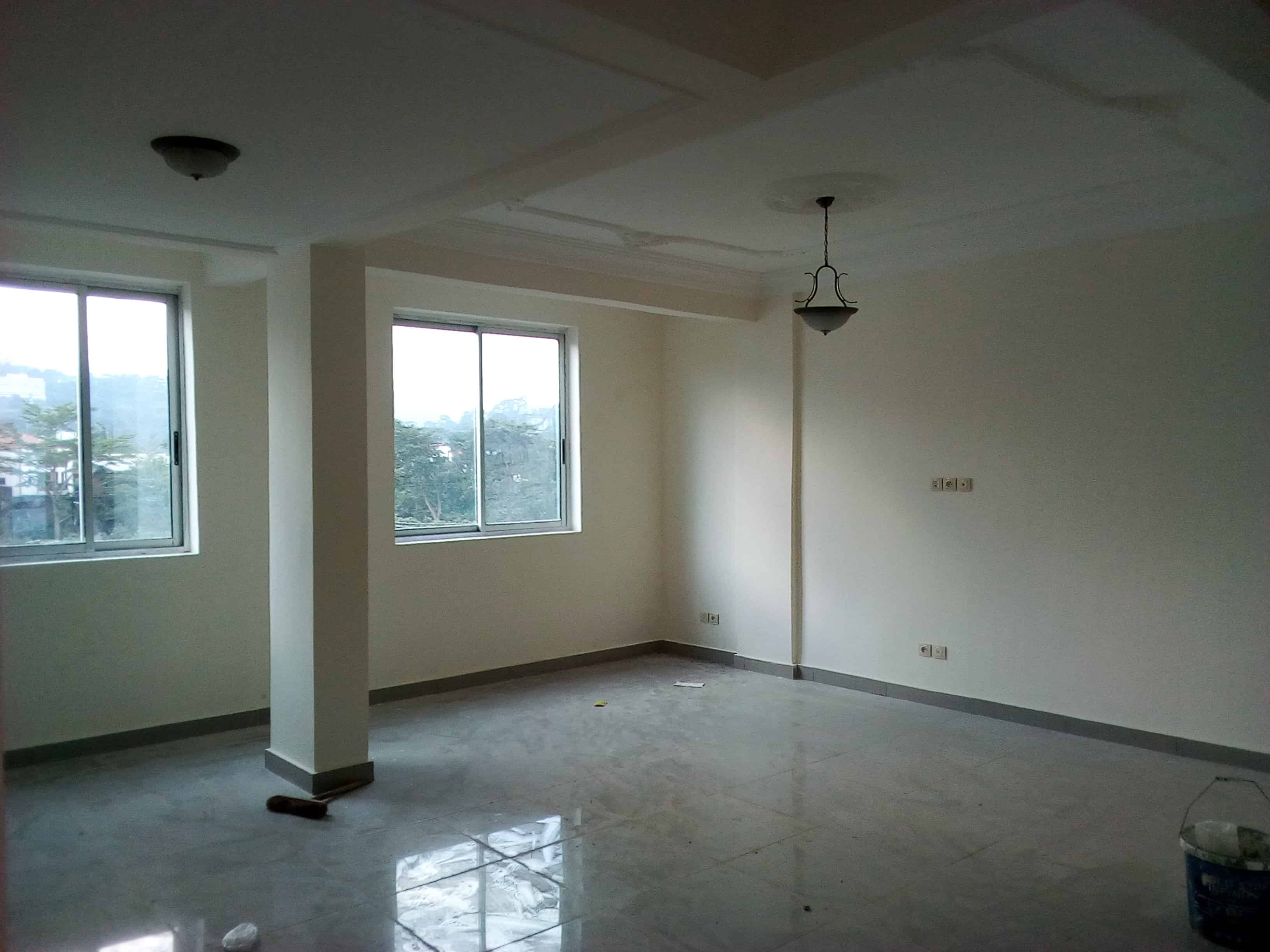 Office to rent at Yaoundé, Bastos, pas loin de institut gueutch - 70 m2 - 600 000 FCFA