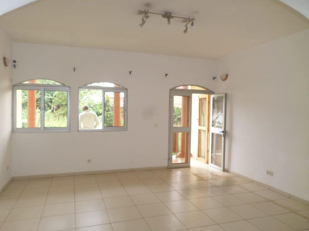Apartment to rent - Yaoundé, Bastos, pas loin de snv - 1 living room(s), 3 bedroom(s), 2 bathroom(s) - 440 000 FCFA / month