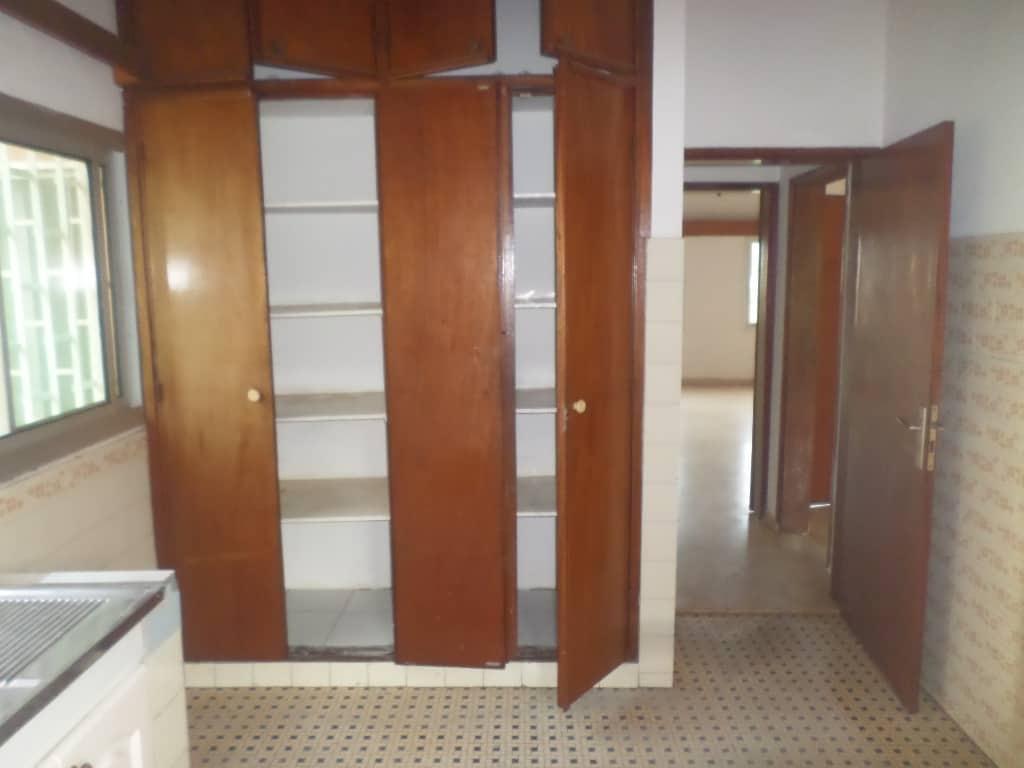 Appartement à louer - Yaoundé, Bastos, Après ambassade de chine - 1 salon(s), 3 chambre(s), 2 salle(s) de bains - 700 000 FCFA / mois