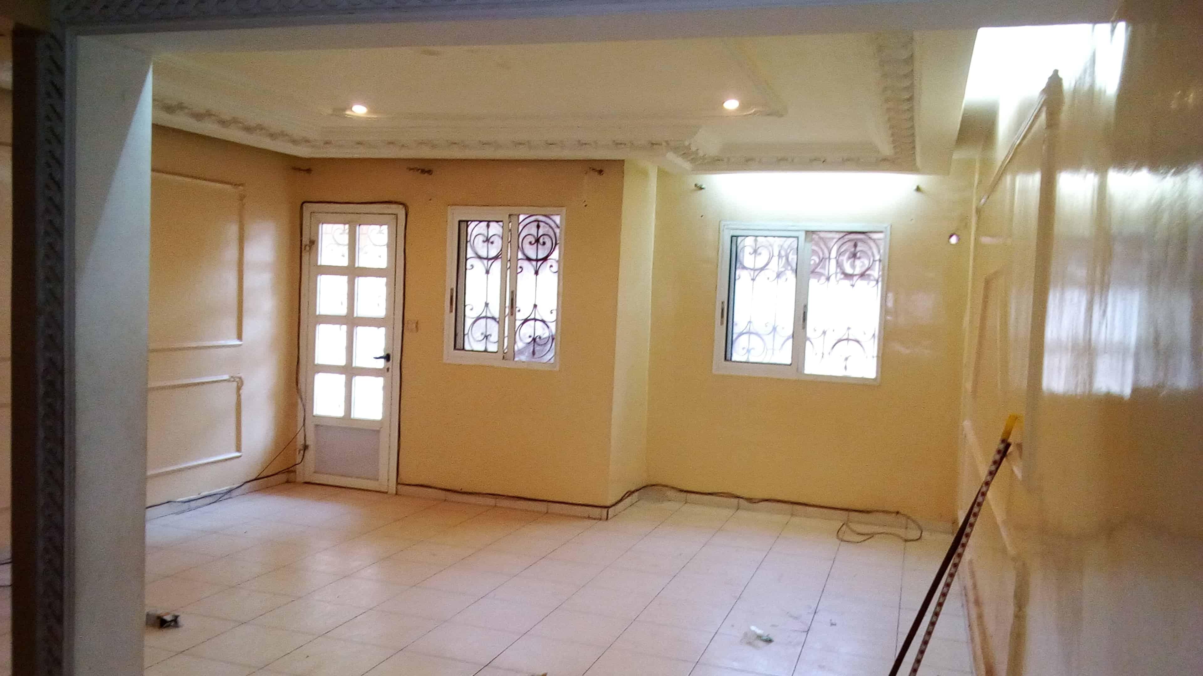 Appartement à louer - Yaoundé, Bastos, pas loin du carrefour - 1 salon(s), 2 chambre(s), 3 salle(s) de bains - 375 000 FCFA / mois