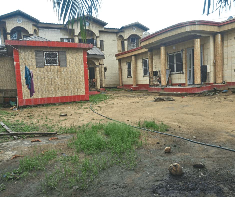 Maison (Concession) à vendre - Douala, Logbessou I, Grande concession à vendre  - 3 salon(s), 6 chambre(s), 6 salle(s) de bains - 110 000 000 FCFA