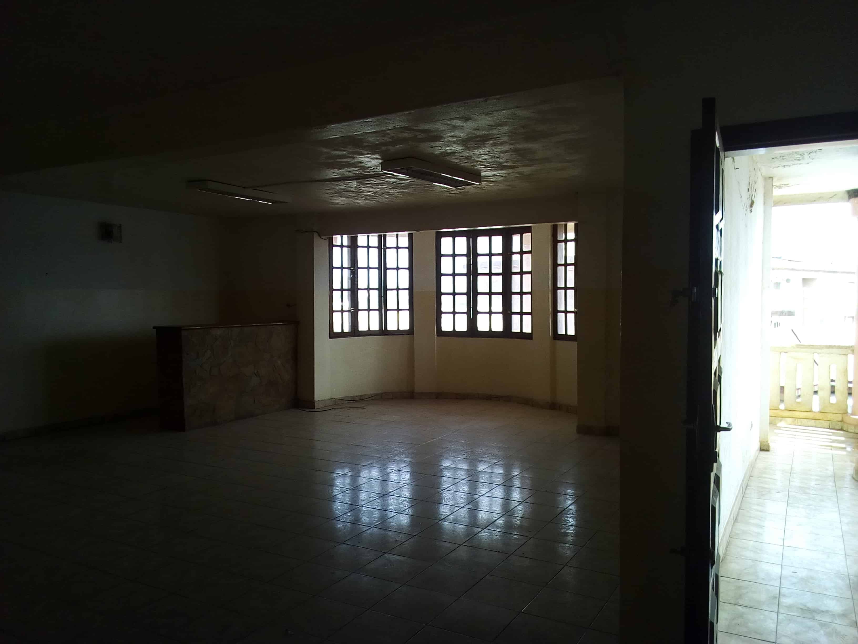 Office to rent at Yaoundé, Bastos, pas loin de la nouvelle route - 100 m2 - 400 000 FCFA