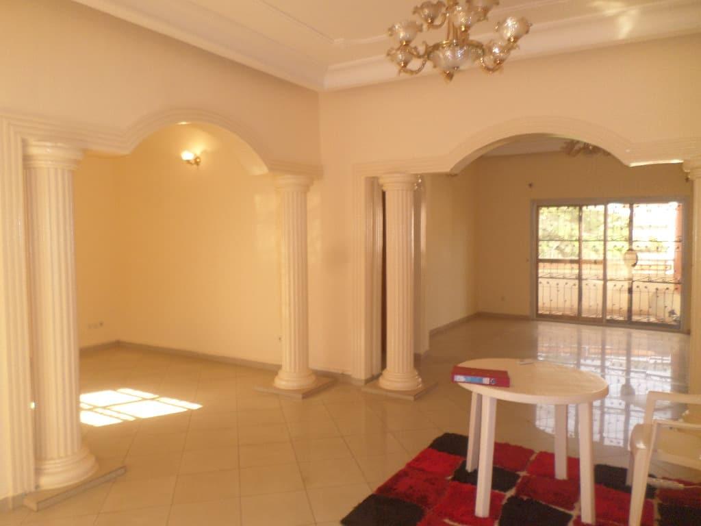 Appartement à louer - Yaoundé, Bastos, vers derrière usine - 1 salon(s), 3 chambre(s), 2 salle(s) de bains - 700 000 FCFA / mois