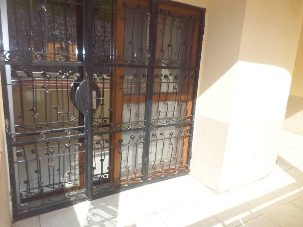 Appartement à louer - Yaoundé, Bastos, pas loin de mongobock - 1 salon(s), 3 chambre(s), 4 salle(s) de bains - 900 000 FCFA / mois