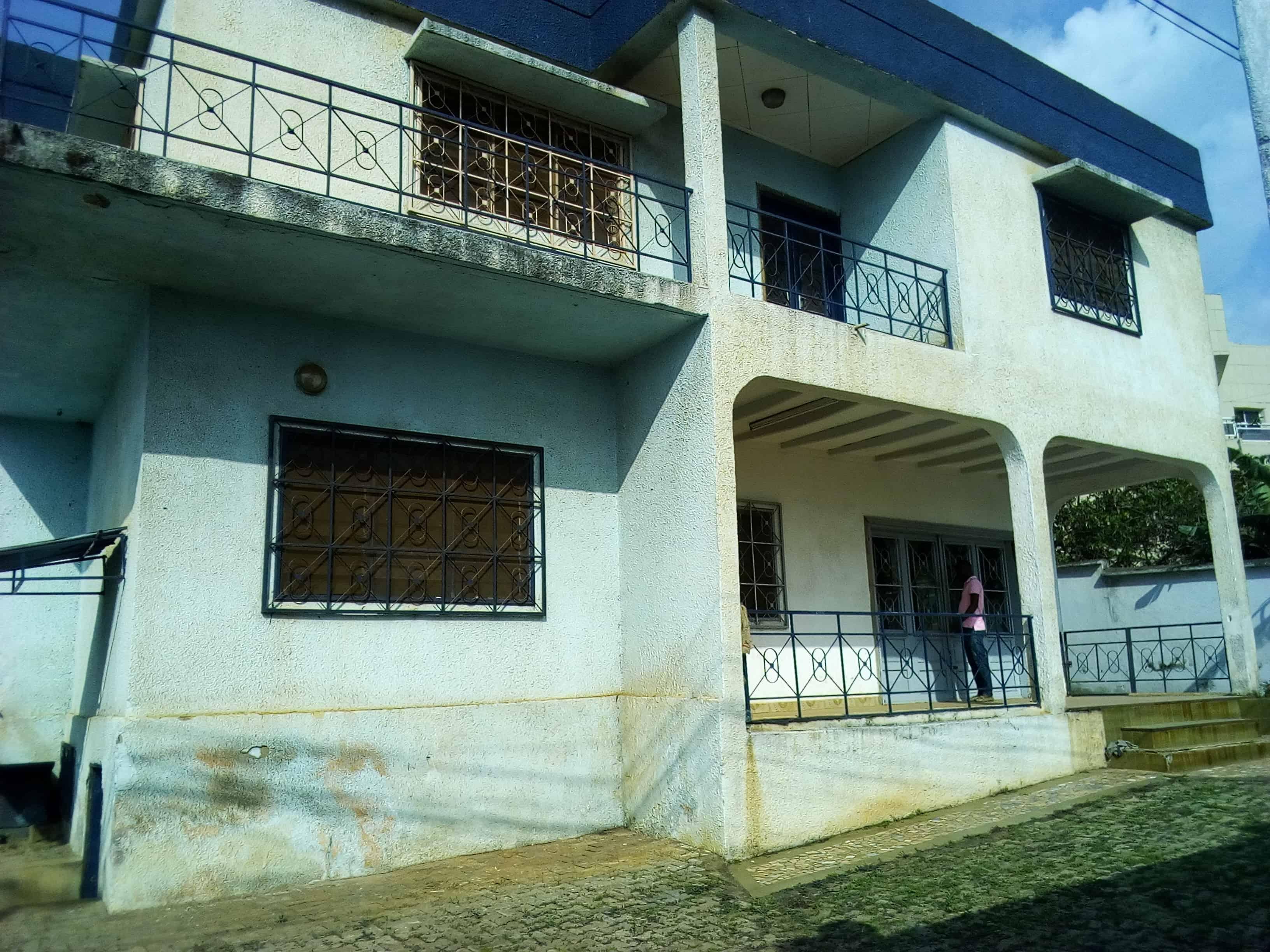 Maison (Villa) à vendre - Yaoundé, Mfandena, pas loin des impots - 1 salon(s), 4 chambre(s), 3 salle(s) de bains - 120 000 000 FCFA