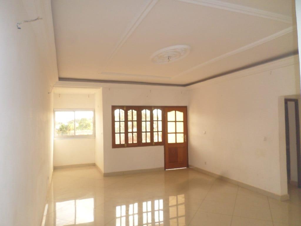 Appartement à louer - Yaoundé, Mfandena, avenue foe - 1 salon(s), 3 chambre(s), 2 salle(s) de bains - 270 000 FCFA / mois
