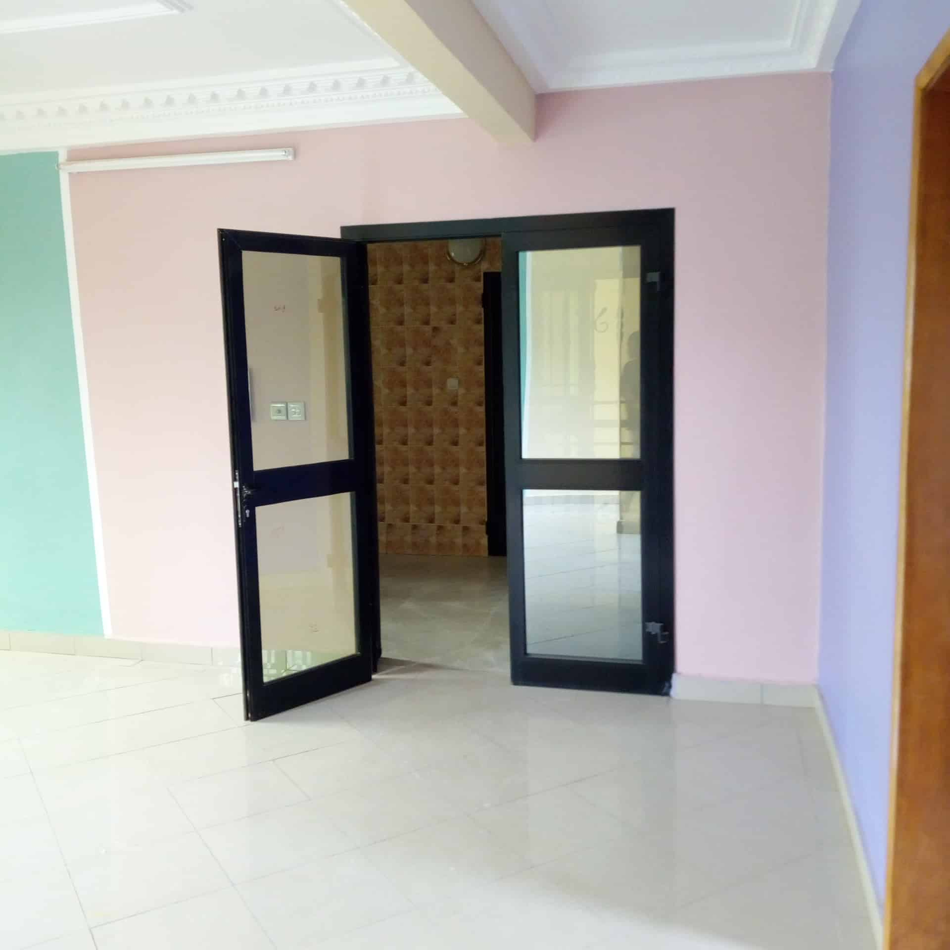Appartement à louer - Douala, Makepe, Ver Rhône Poulin - 1 salon(s), 2 chambre(s), 2 salle(s) de bains - 200 000 FCFA / mois