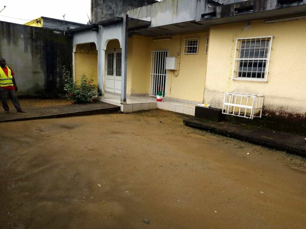 House (Villa) to rent - Douala, Makepe, Vers rond point petit pays à makepè. - 1 living room(s), 4 bedroom(s), 3 bathroom(s) - 200 000 FCFA / month