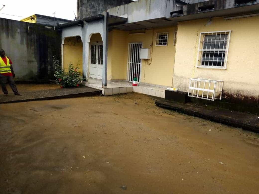 House (Villa) to rent - Douala, Makepe, Vers rond point petit pays à makepè. - 1 living room(s), 4 bedroom(s), 3 bathroom(s) - 200 000 FCFA / month