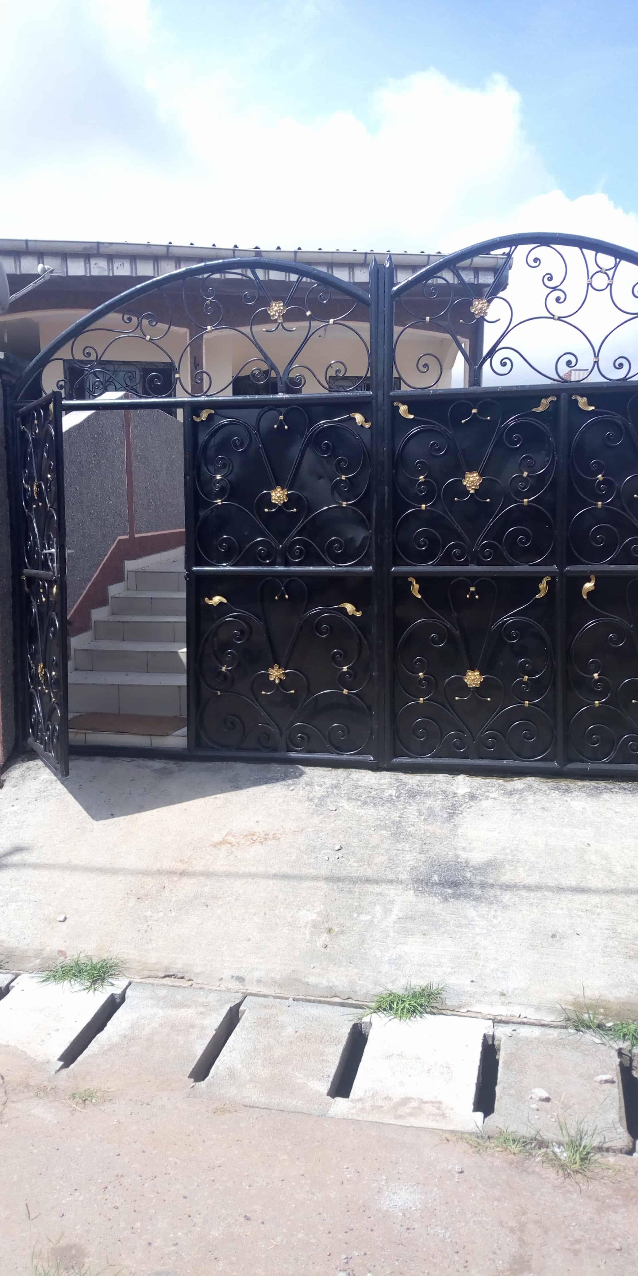 Apartment to rent - Yaoundé, Biyem-Assi, Appartement pour bureau a louer biyem assi yaounde - 1 living room(s), 2 bedroom(s), 1 bathroom(s) - 200 000 FCFA / month
