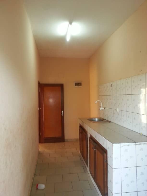 Appartement à louer - Douala, Makepe, Ver le lycée - 1 salon(s), 2 chambre(s), 2 salle(s) de bains - 120 000 FCFA / mois