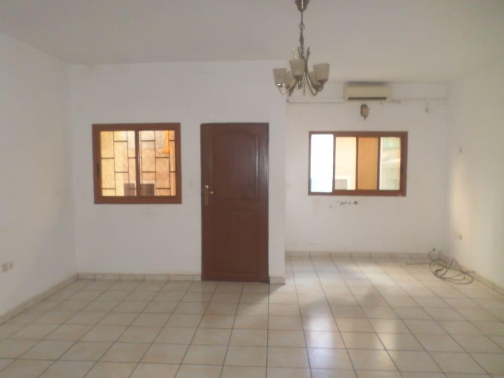 Appartement à louer - Yaoundé, Mfandena, pas loin d avenue foe - 1 salon(s), 3 chambre(s), 3 salle(s) de bains - 275 000 FCFA / mois