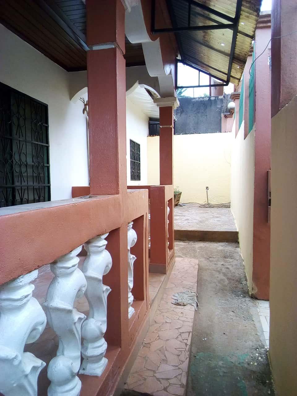 Appartement à louer - Yaoundé, Nkolmeseng, VILLA PAS LOIN DU LYCEE BILINGUE - 1 salon(s), 3 chambre(s), 2 salle(s) de bains - 250 000 FCFA / mois