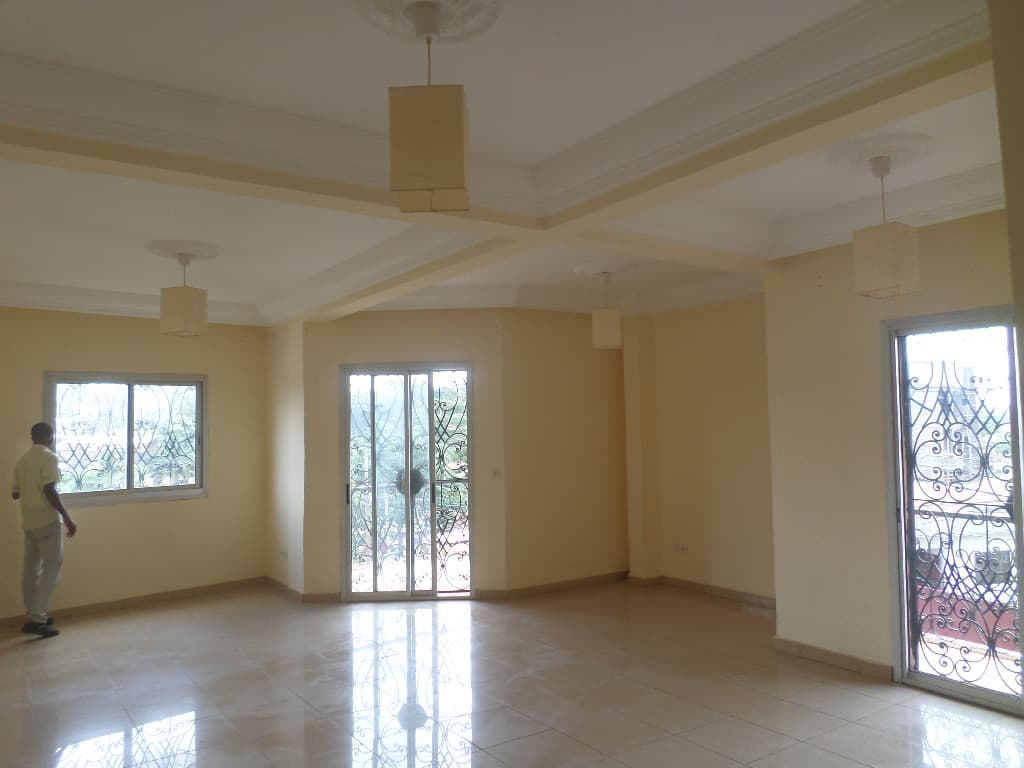 Apartment to rent - Yaoundé, Mvan, TROPICANA - 1 living room(s), 3 bedroom(s), 2 bathroom(s) - 300 000 FCFA / month