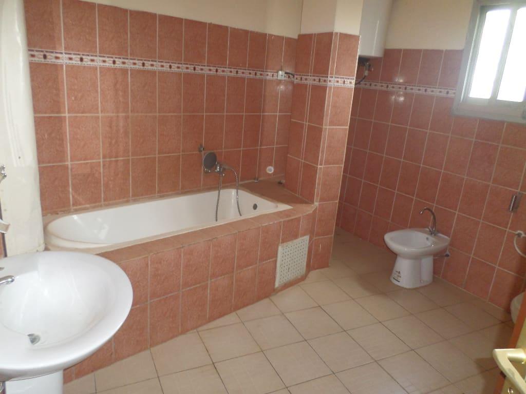 Appartement à louer - Yaoundé, Mvan, TROPICANA - 1 salon(s), 3 chambre(s), 2 salle(s) de bains - 300 000 FCFA / mois