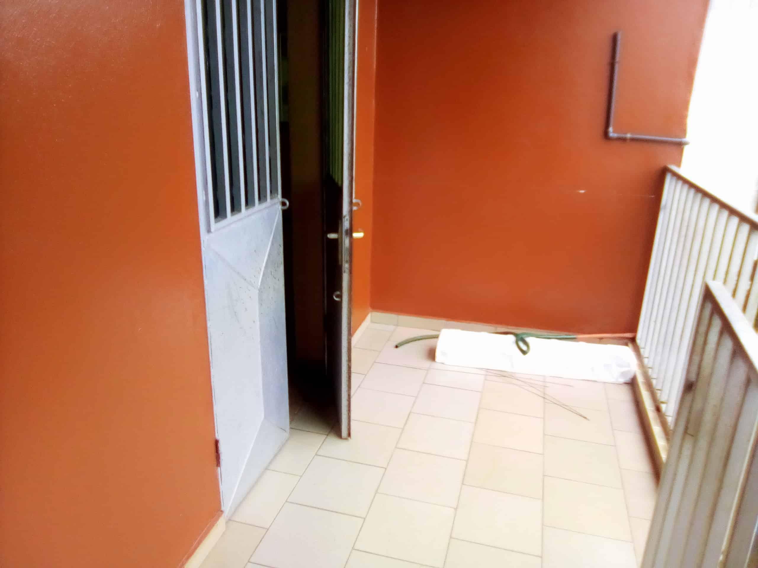 Appartement à louer - Douala, Makepe, MAKEPE - 1 salon(s), 2 chambre(s), 1 salle(s) de bains - 120 000 FCFA / mois