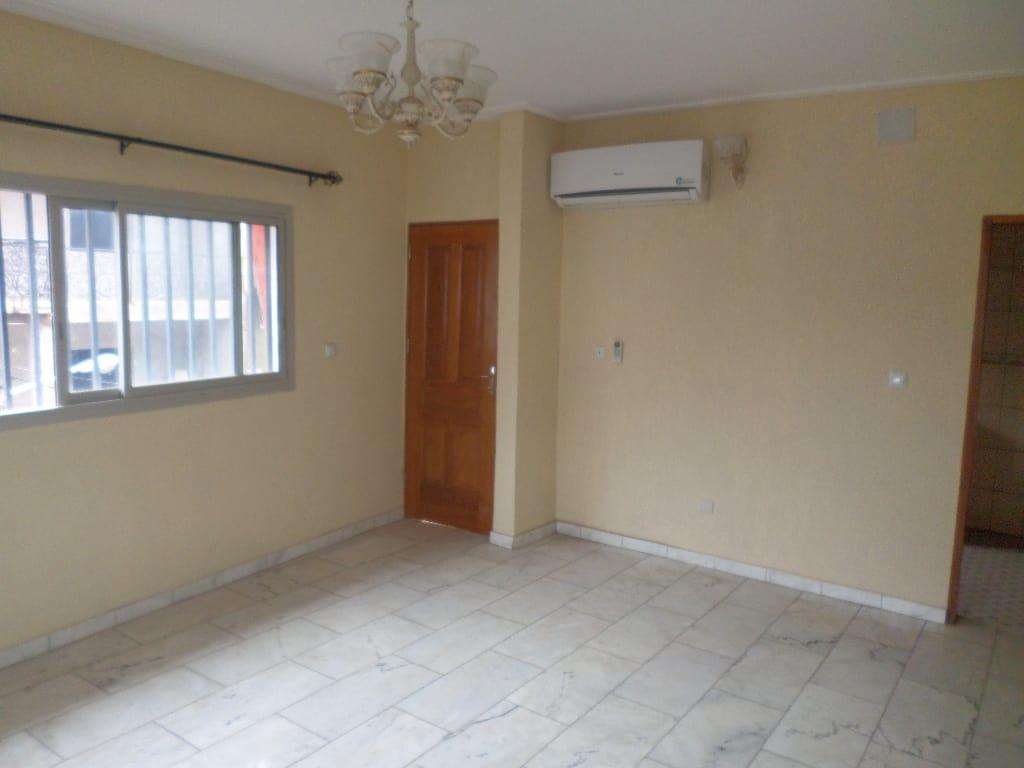 Appartement à louer - Yaoundé, Bastos, pas du palais - 1 salon(s), 2 chambre(s), 2 salle(s) de bains - 265 000 FCFA / mois
