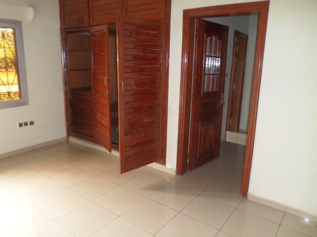Appartement à louer - Yaoundé, Bastos, pas loin de nouvelle route - 1 salon(s), 3 chambre(s), 4 salle(s) de bains - 700 000 FCFA / mois