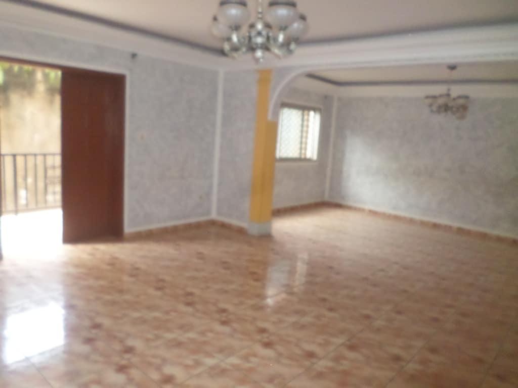 Appartement à louer - Yaoundé, Bastos, pas loin de la nouvelle route - 1 salon(s), 3 chambre(s), 4 salle(s) de bains - 365 000 FCFA / mois