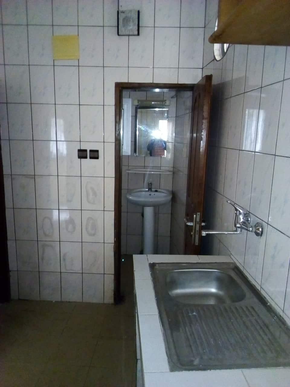 Appartement à louer - Yaoundé, Bastos, pas du palais - 1 salon(s), 1 chambre(s), 1 salle(s) de bains - 165 000 FCFA / mois