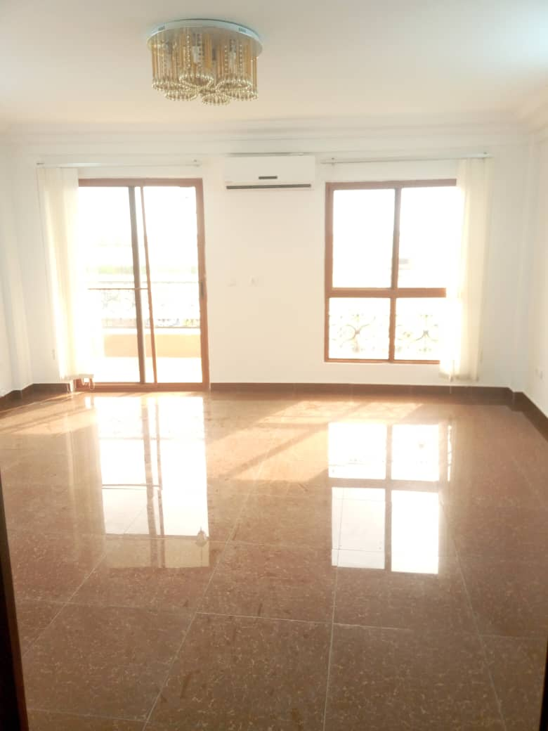 Apartment to rent - Douala, Bonanjo, Zone calme - 1 living room(s), 2 bedroom(s), 3 bathroom(s) - 550 000 FCFA / month
