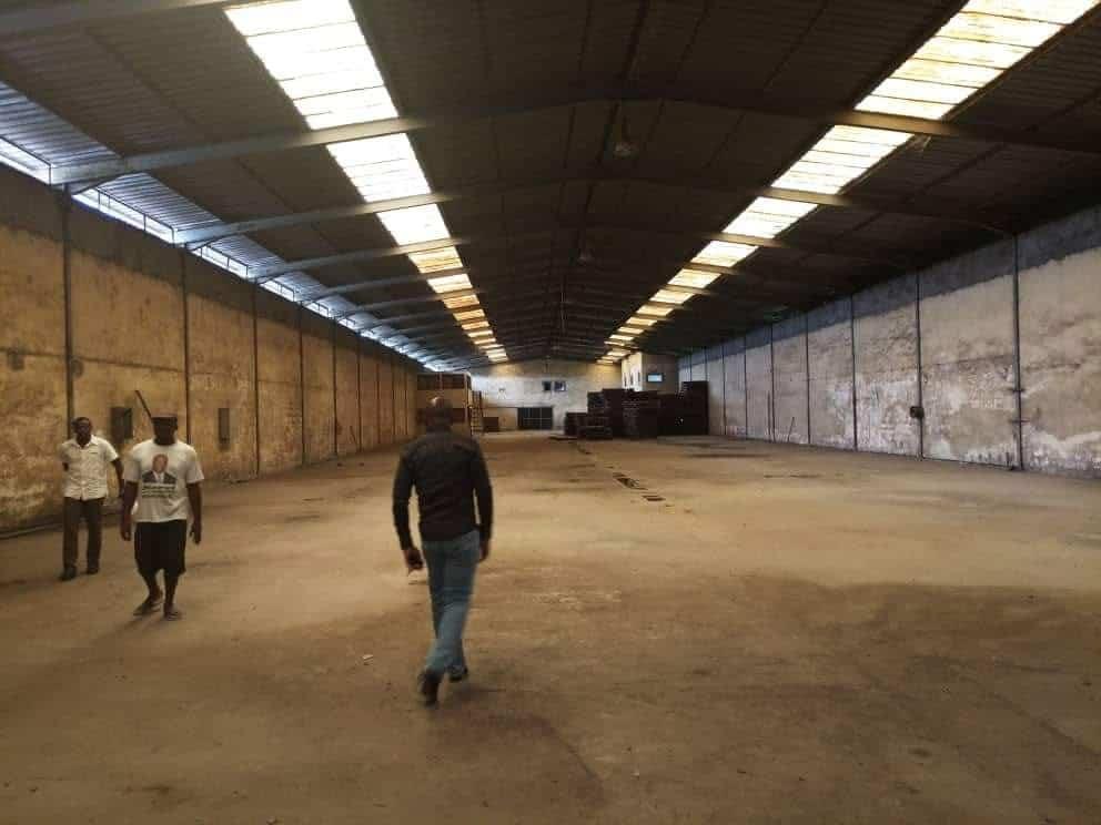 Store to rent at Douala, Bonaberi, Vers hôtel htds - 2500 m2 - 5 000 000 FCFA
