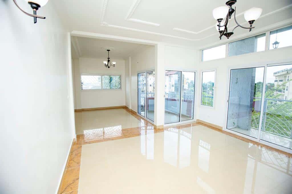 Apartment to rent - Douala, Akwa I, Appartement en duplex - 1 living room(s), 3 bedroom(s), 2 bathroom(s) - 650 000 FCFA / month