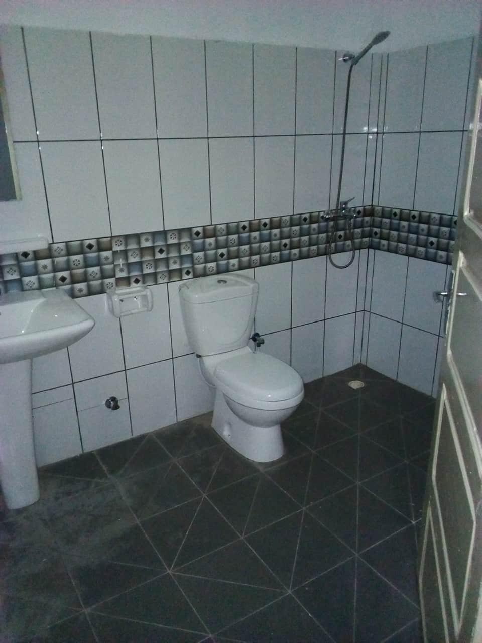 House (Villa) to rent - Yaoundé, Bastos, pas loin de la banque mondiale - 1 living room(s), 4 bedroom(s), 3 bathroom(s) - 1 500 000 FCFA / month