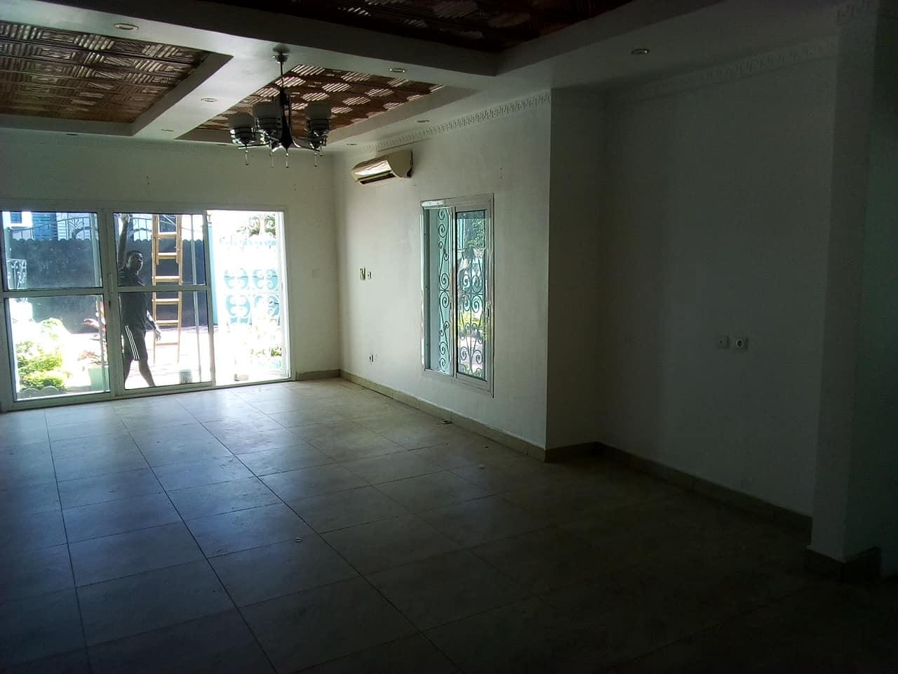 Maison (Villa) à louer - Yaoundé, Bastos, GOLF - 1 salon(s), 4 chambre(s), 3 salle(s) de bains - 1 300 000 FCFA / mois
