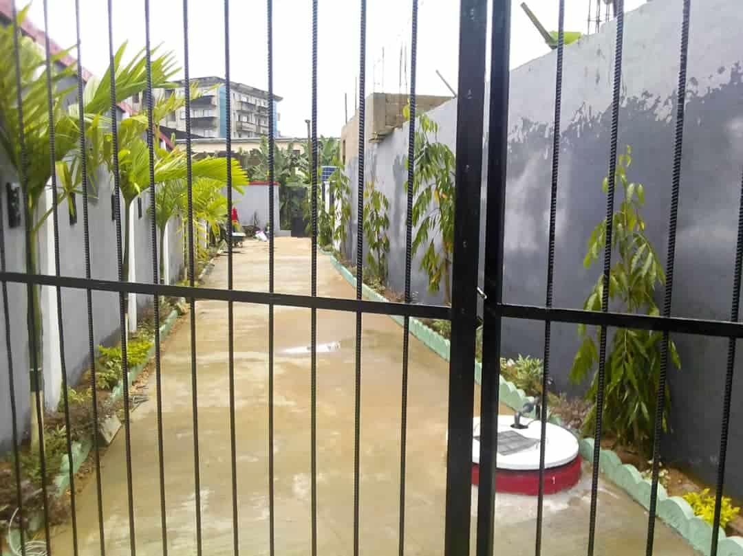 House (Villa) for sale - Douala, Logpom, Ver Charles de Gaulle - 1 living room(s), 3 bedroom(s), 2 bathroom(s) - 330 000 000 FCFA / month