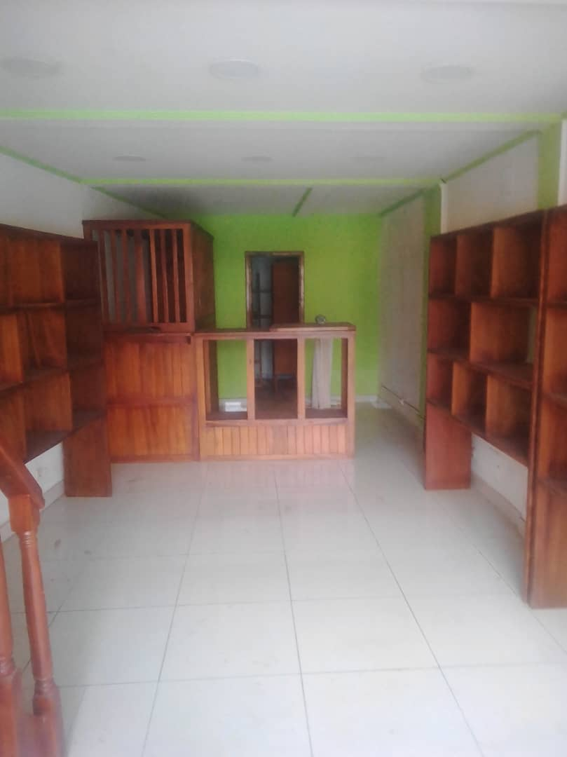 Shop to rent at Douala, Akwa I, Vers carrefour tif - 120 m2 - 400 000 FCFA