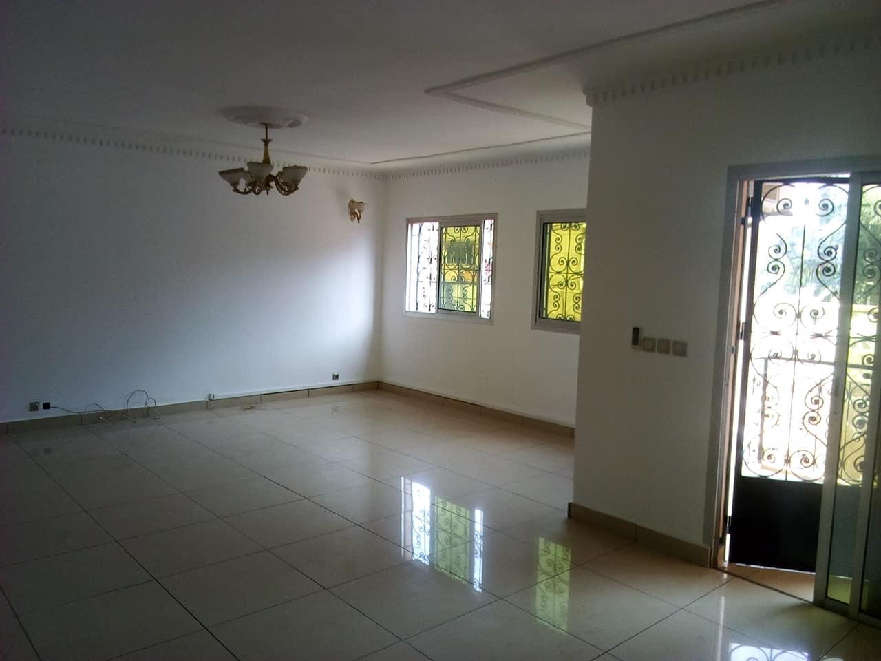 Appartement à louer - Yaoundé, Mfandena, pas loin d avenue foe - 1 salon(s), 3 chambre(s), 2 salle(s) de bains - 350 000 FCFA / mois