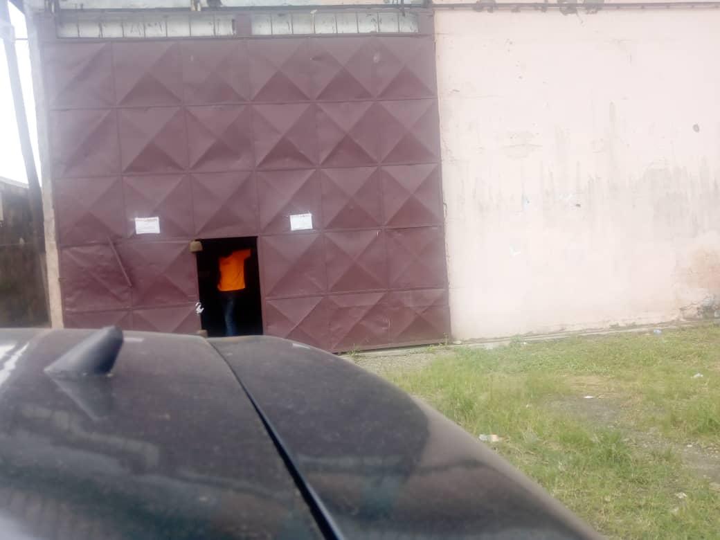 Entrepôt à louer à Douala, Ndokotti, Ver Ndogssimbi - 800 m2 - 1 200 000 FCFA