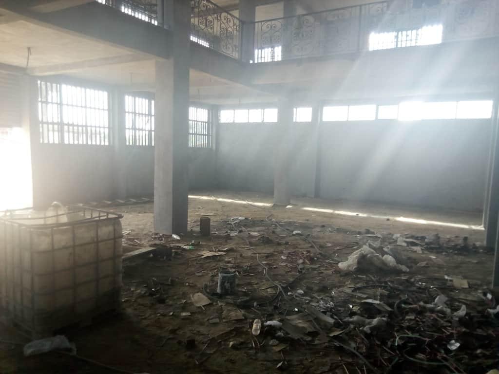 Warehouse to rent at Douala, PK 14, Avec mezzanine et très bien placé à logbessou - 500 m2 - 800 000 FCFA