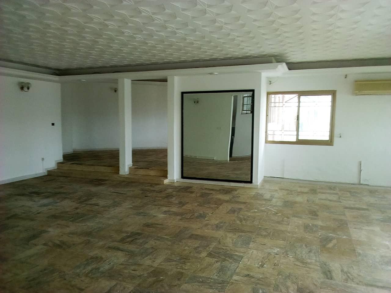 Appartement à louer - Yaoundé, Bastos, pas loin de lonel - 1 salon(s), 6 chambre(s), 5 salle(s) de bains - 1 800 000 FCFA / mois