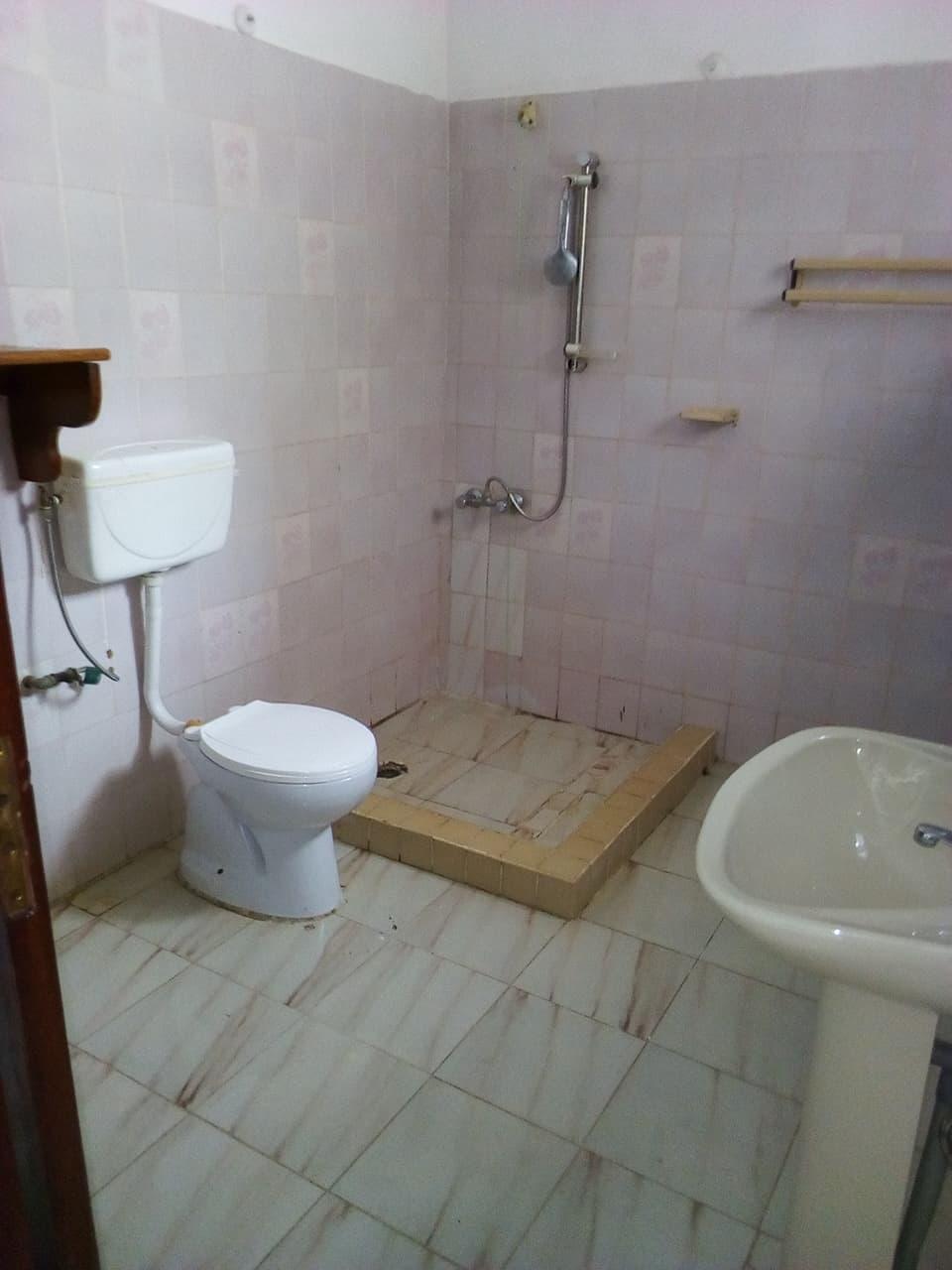 Apartment to rent - Yaoundé, Bastos, pas loin de lonel - 1 living room(s), 6 bedroom(s), 5 bathroom(s) - 1 800 000 FCFA / month