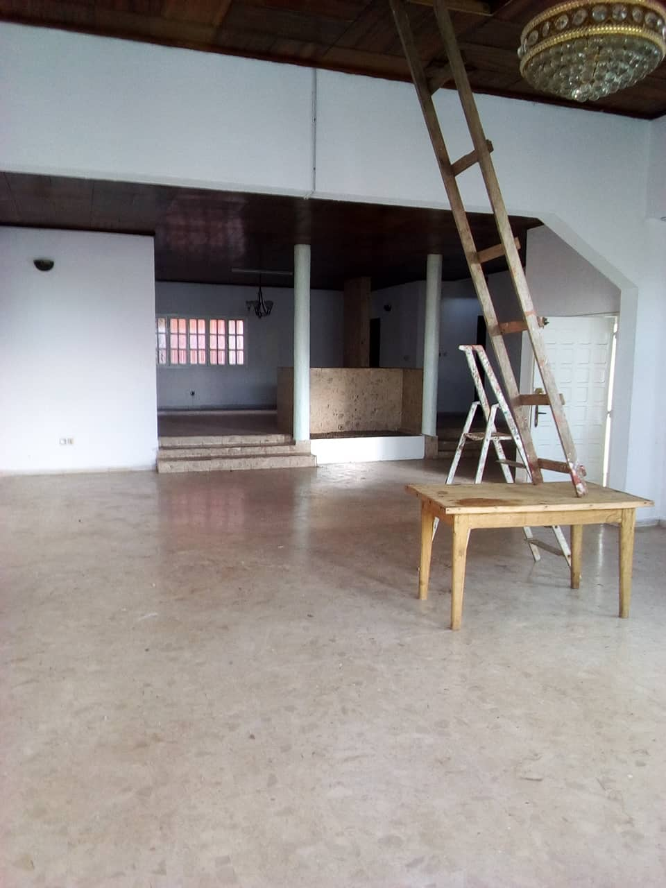 House (Duplex) to rent - Yaoundé, Bastos, pas loin de la nouvelle route - 2 living room(s), 6 bedroom(s), 5 bathroom(s) - 1 500 000 FCFA / month