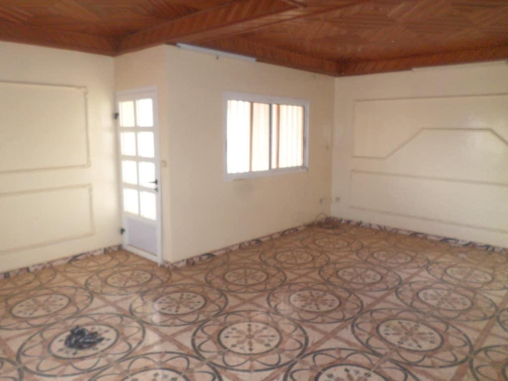 Appartement à louer - Yaoundé, Bastos, PAS LOIN DE NEPTURNE - 1 salon(s), 2 chambre(s), 3 salle(s) de bains - 450 000 FCFA / mois