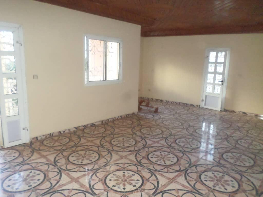 Appartement à louer - Yaoundé, Bastos, PAS LOIN DE NEPTURNE - 1 salon(s), 2 chambre(s), 3 salle(s) de bains - 400 000 FCFA / mois