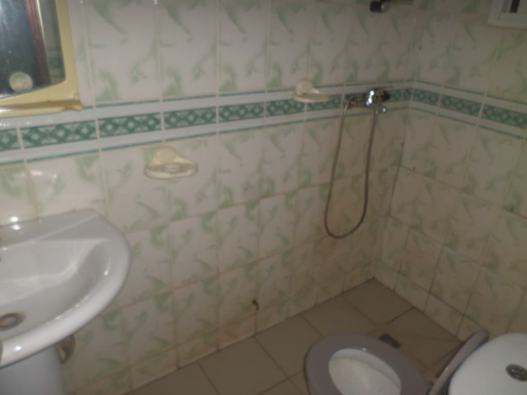 Apartment to rent - Yaoundé, Bastos, PAS LOIN DE NEPTURNE - 1 living room(s), 2 bedroom(s), 3 bathroom(s) - 400 000 FCFA / month