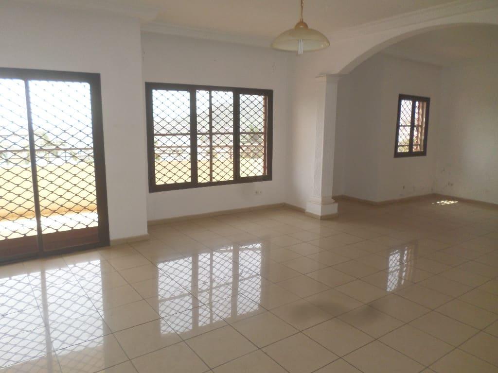 Appartement à louer - Yaoundé, Bastos, pas loin de dovv - 1 salon(s), 3 chambre(s), 3 salle(s) de bains - 650 000 FCFA / mois