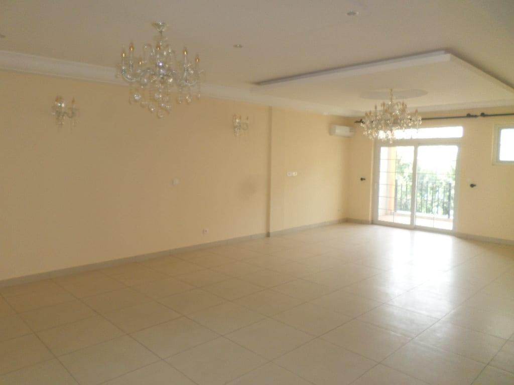 Appartement à louer - Yaoundé, Bastos, appartement duplex avec piscine pas loin  du pnud - 1 salon(s), 4 chambre(s), 4 salle(s) de bains - 1 900 000 FCFA / mois