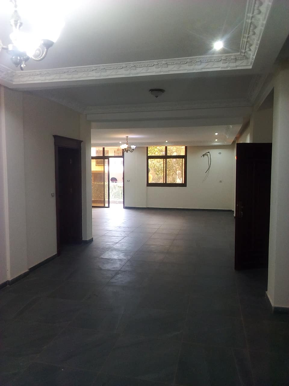Appartement à louer - Yaoundé, Bastos, pas loin de snv - 1 salon(s), 4 chambre(s), 5 salle(s) de bains - 1 500 000 FCFA / mois