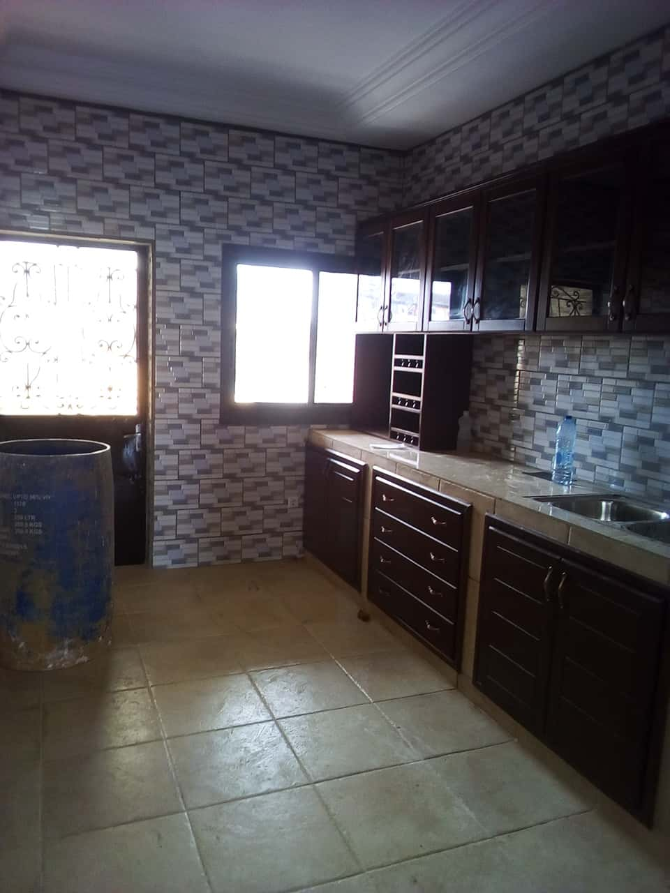 Apartment to rent - Yaoundé, Bastos, pas  loin de lambassade despagne - 1 living room(s), 3 bedroom(s), 3 bathroom(s) - 1 000 000 FCFA / month