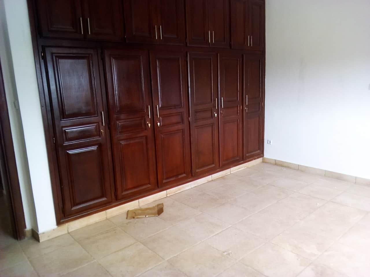 Apartment to rent - Yaoundé, Bastos, pas de lambassade despagne - 1 living room(s), 2 bedroom(s), 3 bathroom(s) - 700 000 FCFA / month