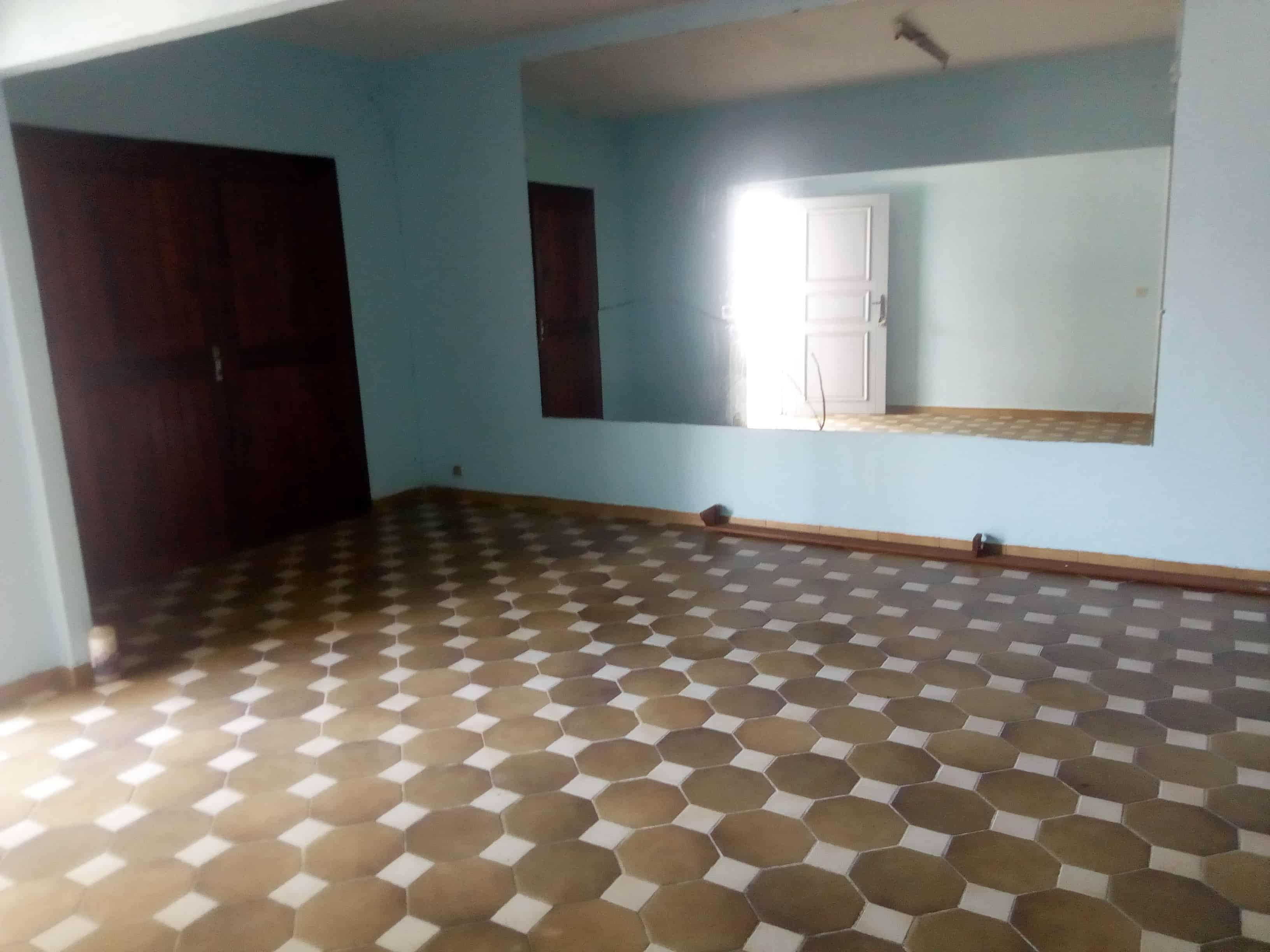 House (Villa) to rent - Douala, Bonamoussadi, Prêt à habiter - 1 living room(s), 4 bedroom(s), 2 bathroom(s) - 180 000 FCFA / month